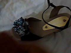Gozando nos sapatos da namorada