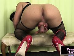 Masturbating glamour trap spanks her booty